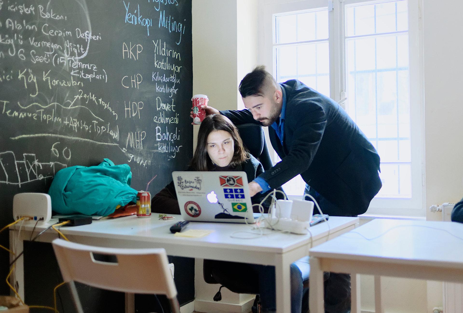 Engin Önder und eine Redakteurin von 140journos (Foto: Furkan Temir)