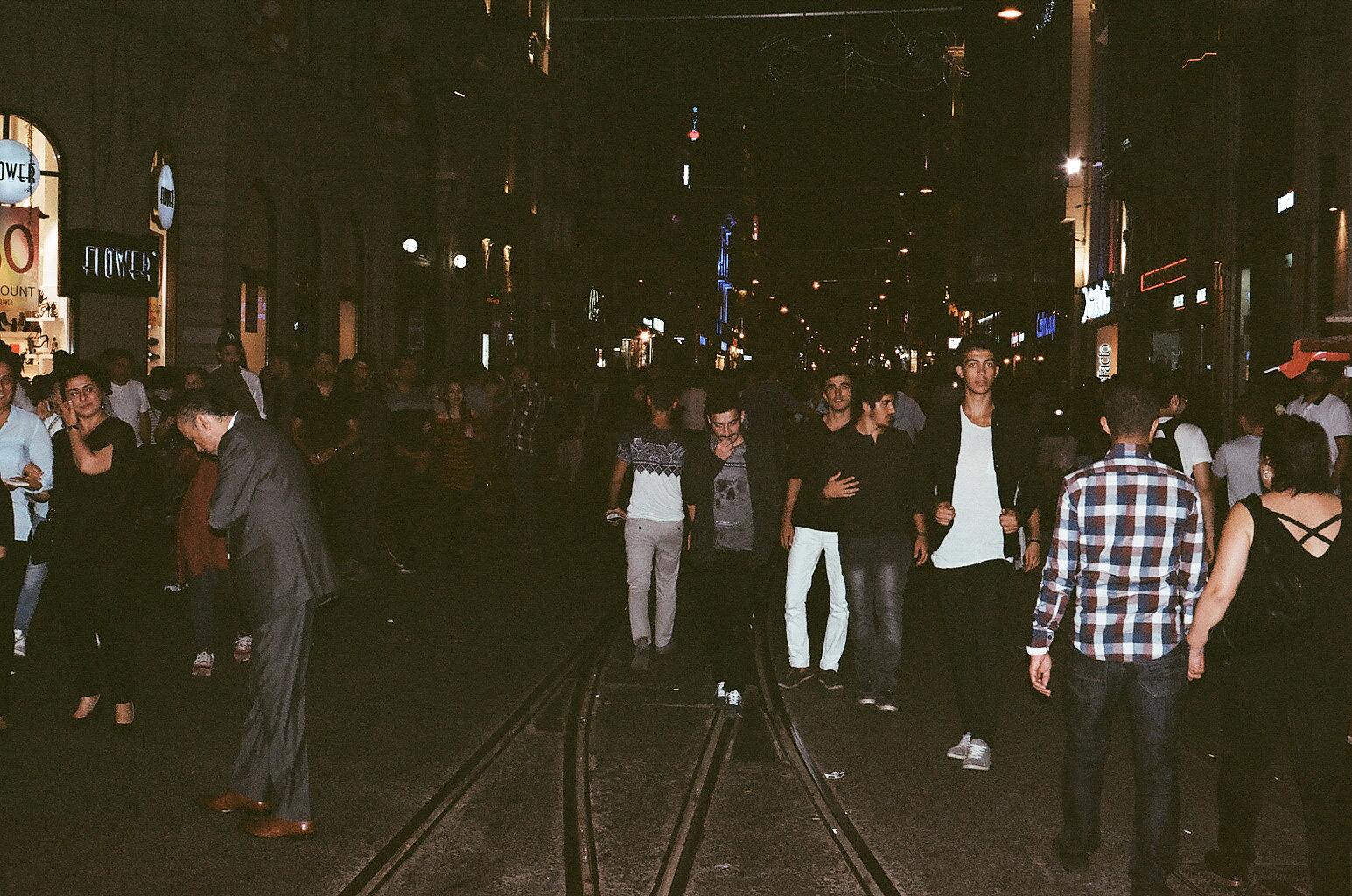 Belebte Straße im nächtlichen Istanbul