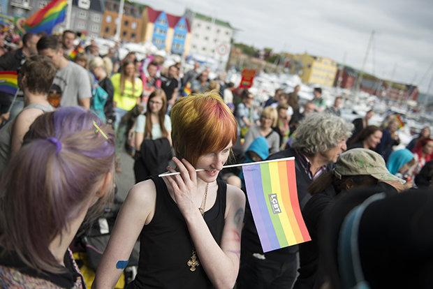 Junge Frauen auf den Färöer-Inseln protestieren für die Gleichberechtigung von Lesben und Schwulen (Foto: Shaul Schwarz/Getty Images)