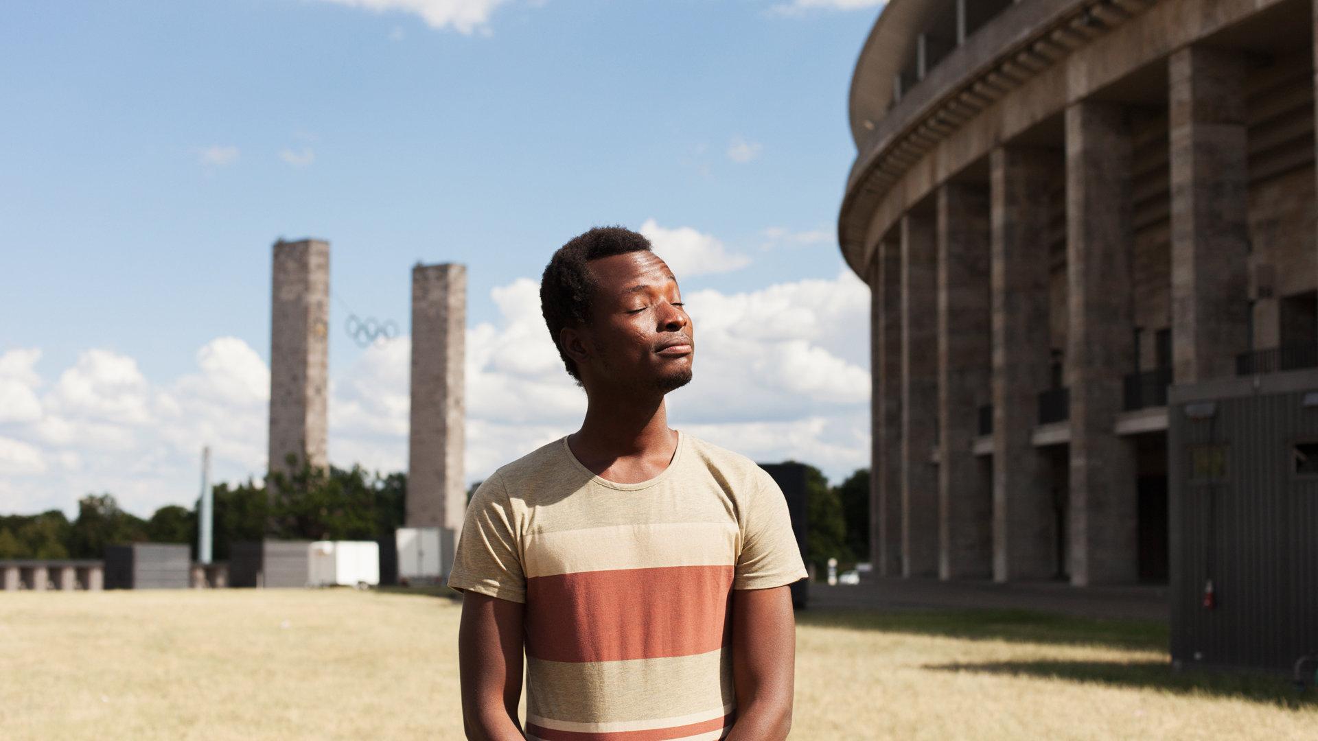 Afrikanischer Mann vor dem Berliner Olympiastadion