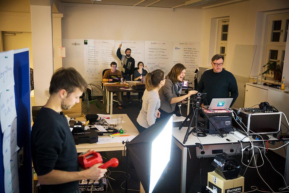 Vorbereitung und Aufbau mit Initiator Michael Bohmeyer (vorne links), Projektmanagerin Hellwig Fenner (hinten Mitte) und Sandra Schmidt an der Kamera (Foto: Gordon Welters/laif)