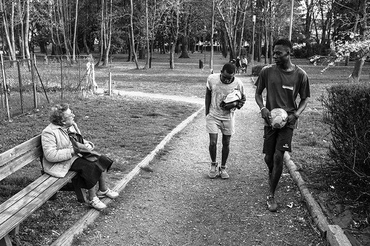 Malick und Muhammed gehen nach dem Fußballspielen nach Hause