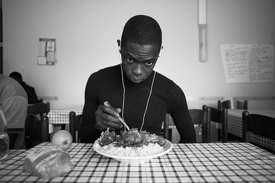 Mamadou aus dem Senegal isst im Hotel Colibri zu Mittag