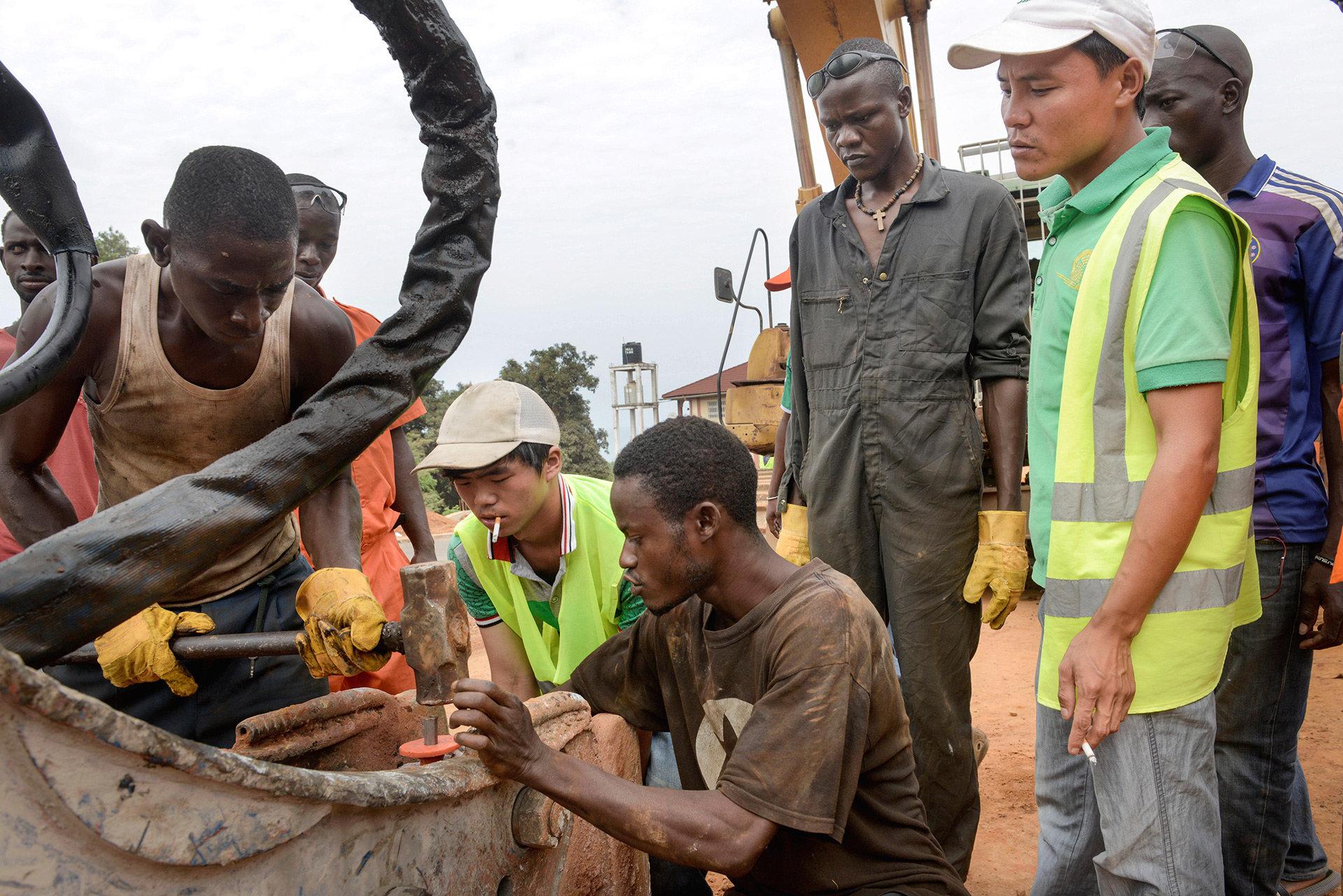 Chinesische Ingenieure auf einer Baustelle in Afrika