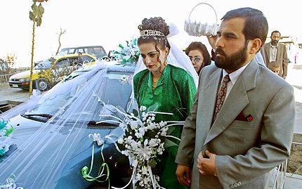Afghanisches Brautpaar in Kabul. Die Hochzeit wurde, wie in Afghanistan üblich, von den Eltern des Paares arrangiert. | © picture-alliance / dpa (Foto: picture-alliance / dpa)