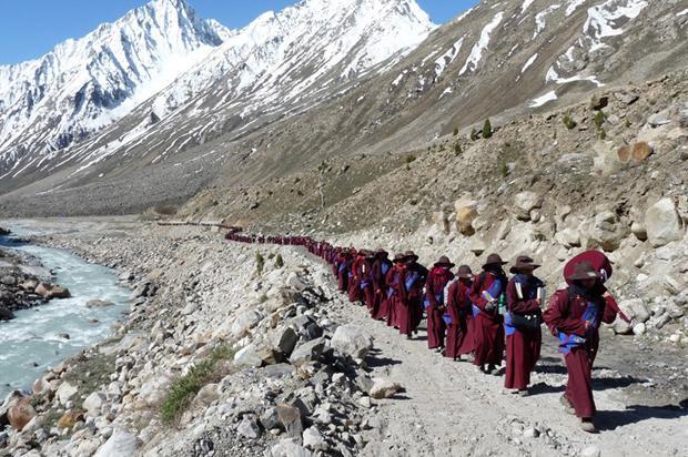 Auch Buddhisten können sich ärgern, etwa über Plastikmüll, der im Himalaya herumliegt. Deshalb wird auf den Gehmeditationen des Geistlichen Gyalwang Drupka nun immer aufgeräumt (Foto: Live To Love)