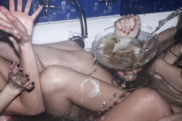 Im Bier, im Badewasser, überall kann Mikroplastik sein. Gut dass es Momente gibt, in denen einem das völlig egal ist (William Minke)