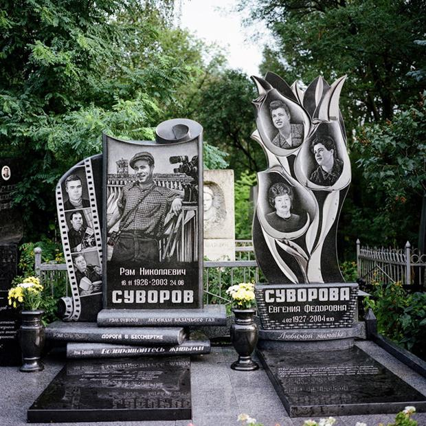 Manchmal treibt die russische Begräbnistradition echt Blüten (Eugenia Maximowa)