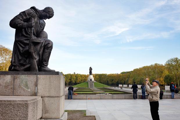 Das Ehrenmal in Berlin-Teptow – im Hintergrund der haushohe Bronzesoldat (Foto: Agentur Ostkreuz)
