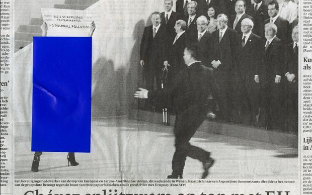 Blaue Aufkleber auf Zeitungsbildern verdecken unerwünschte Inhalte, meist nackte Teile des weiblichen Körpers. Das gab es bis vor einigen Jahren im Iran – so bekamen dort Abonnenten ausländischer Zeitungen ihr Blatt geliefert. Diese altmodische, in Handar (Foto: Jan-Dirk van der Burg)