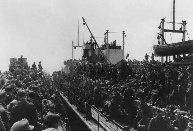 Wie hier 1945 im damaligen Pillau drängten sich in den Häfen an der Ostsee die Flüchtenden auf den Schiffen. Manche dieser Schiffe wurden auf ihrer Fahrt unter anderem von sowjetischen U-Booten versenkt