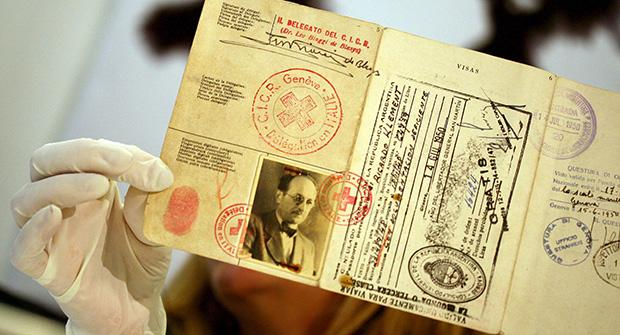 Ein gefälschter Pass von Adolf Eichmann (1906-1962), einem der Hauptorganisatoren des Holocaust, der 1960 vom israelischen Geheimdienst Mossad aus Argentinien entführt und in Israel zum Tode verurteilt und hingerichtet wurde (Foto: picture-alliance/dpa/epa)