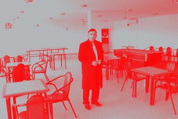 Gib mal die Kugeln: Der Schuldirektor Bashkim Bytyqi zeigte uns einen Raum mit Billardtisch und Tischtennisplatte, in dem sich vor allem die Jugendlichen aus seinem Dorf treffen