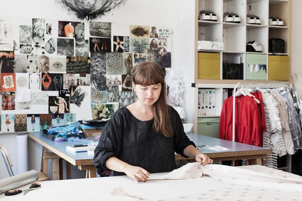Sommerurlaub im Atelier: Inna Stein vom Berliner Label Steinrohner bereitet die Modenschauen in der Schweiz und Paris (Foto: Jonas Feige )
