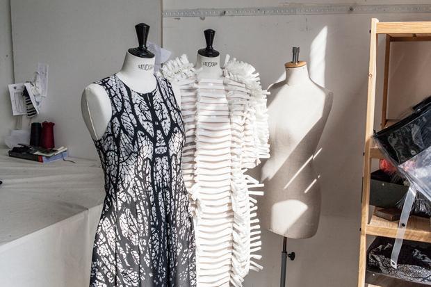 Irgendwo zwischen Mode und Kunst: Anfang des Jahres gewann das junge Label den Young Designers Award Germany (Jonas Feige )