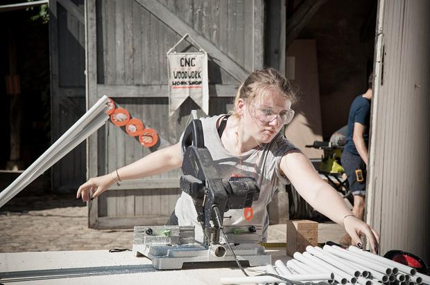 """Margaux werkelt am Bau des geodätischen Pavillons mit, in dem am 19. und 20. September die Ergebnisse des POC21 ausgestellt werden sollen. Was """"geodätisch"""" heißt, mussten wir ehrlich gesagt auch erst googlen (Fotos: Showerloop,   POC21)"""