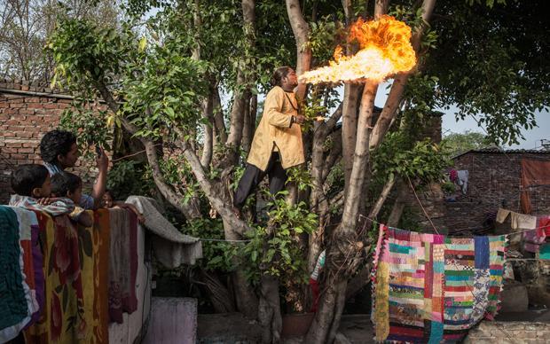 Mit Diesel werden die Flammen am schönsten: Der Feuerspucker behauptet, er habe sich noch nie verbrannt (Foto: Enrico Fabian)