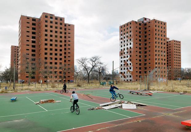 Hier wurde mal Tennis gespielt: BMXer und Skater waren schon immer gut darin, öffentlichen Raum zu zweckentfremden (Foto: Dave Jordano)