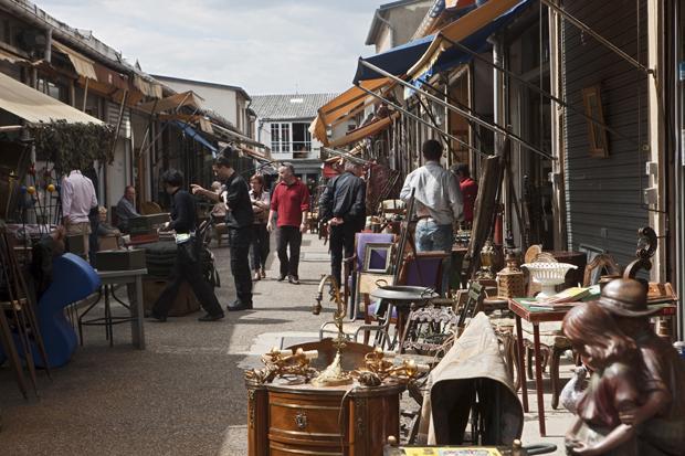Auch ein harter Kontrast: Der beliebte Nostalgik-Flohmarkt inmitten des sozialen Brennpunkts Saint-Ouen (Foto: Jean-Daniel Sudres/hemis.fr/laif)