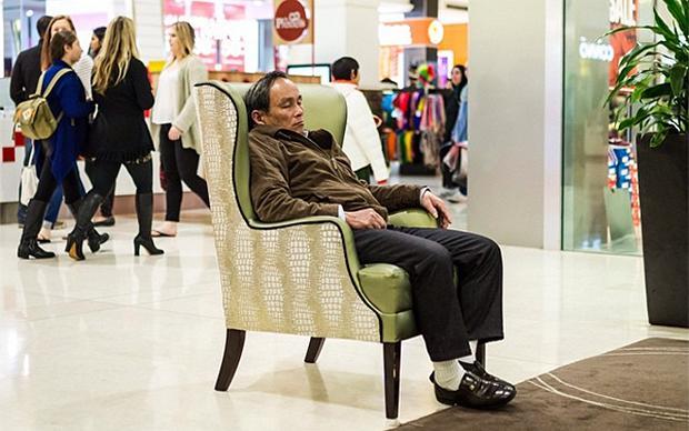 In dem Instagram Account @miserable_men haben User Bilder von erschöpften Männern in Malls weltweit gesammelt. Sie ähneln sich alle sehr – die Männer und auch die Einkaufszentren. Unten mehr davon (@miserable_men)