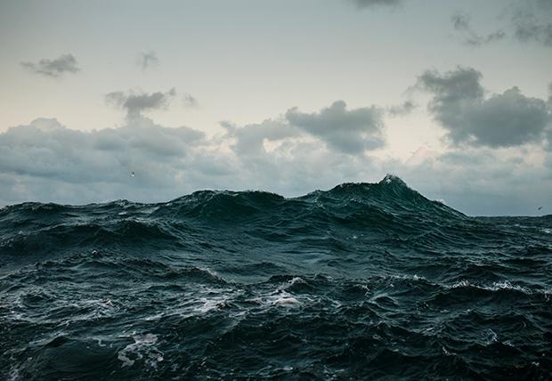 Überall das Gleiche: Das Meer kommt. Die Wellen stürzen auf unsere Deiche, tragen Dünen und Sandbänke ab (Foto: Corey Arnold)