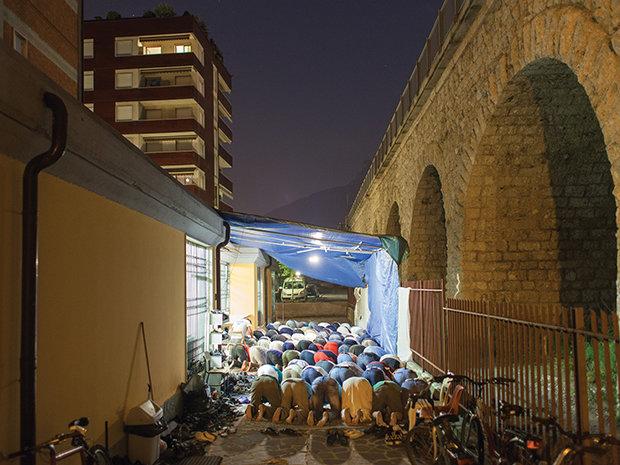 Beten, wo früher die Lieferwagen mit den frischen Lebensmitteln vorgefahren sind. Ein Bild aus der Stadt Trient (Foto: Nicolò Degiorgis)