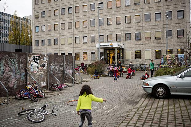 Sprache als Fundament: Um in Deutschland nicht verloren zu gehen, kann man besser von Anfang an sagen, wie man heißt und wo man wohnt (Foto: Djamila Grossman/Redux/laif)