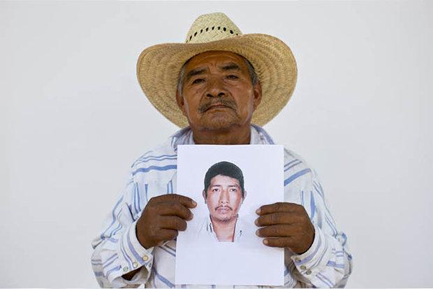 Es bleibt nur ein Foto: Dieser Mann zeigt einen von über 27.000 Menschen in Mexiko, deren Verbleib ungeklärt ist.  (Foto: Dario Lopez-Mills/AP Photo)