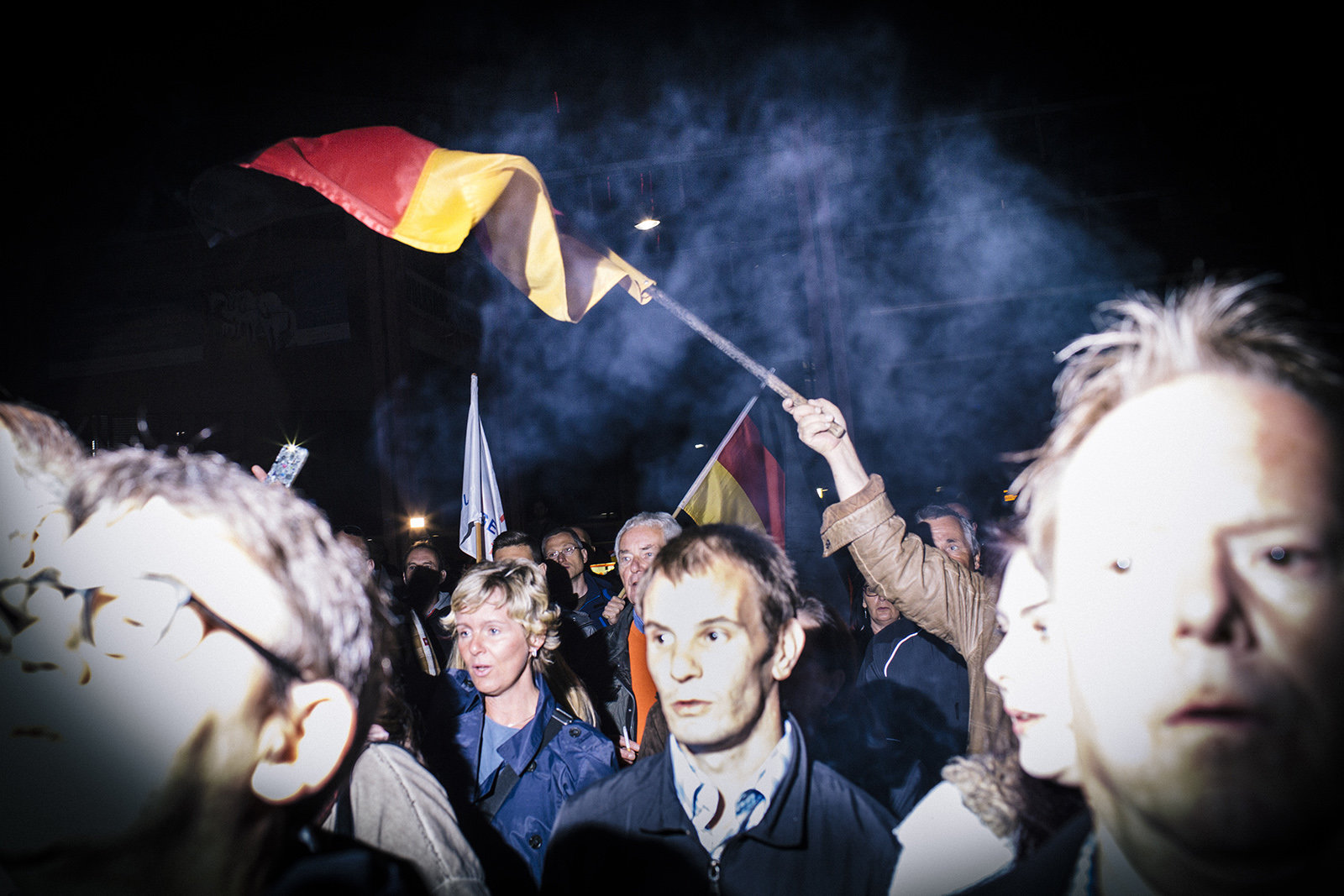 Jena, AfD Demo, die Besucher der Demonstration singen zum Abschluss die dt. Nationalhymne