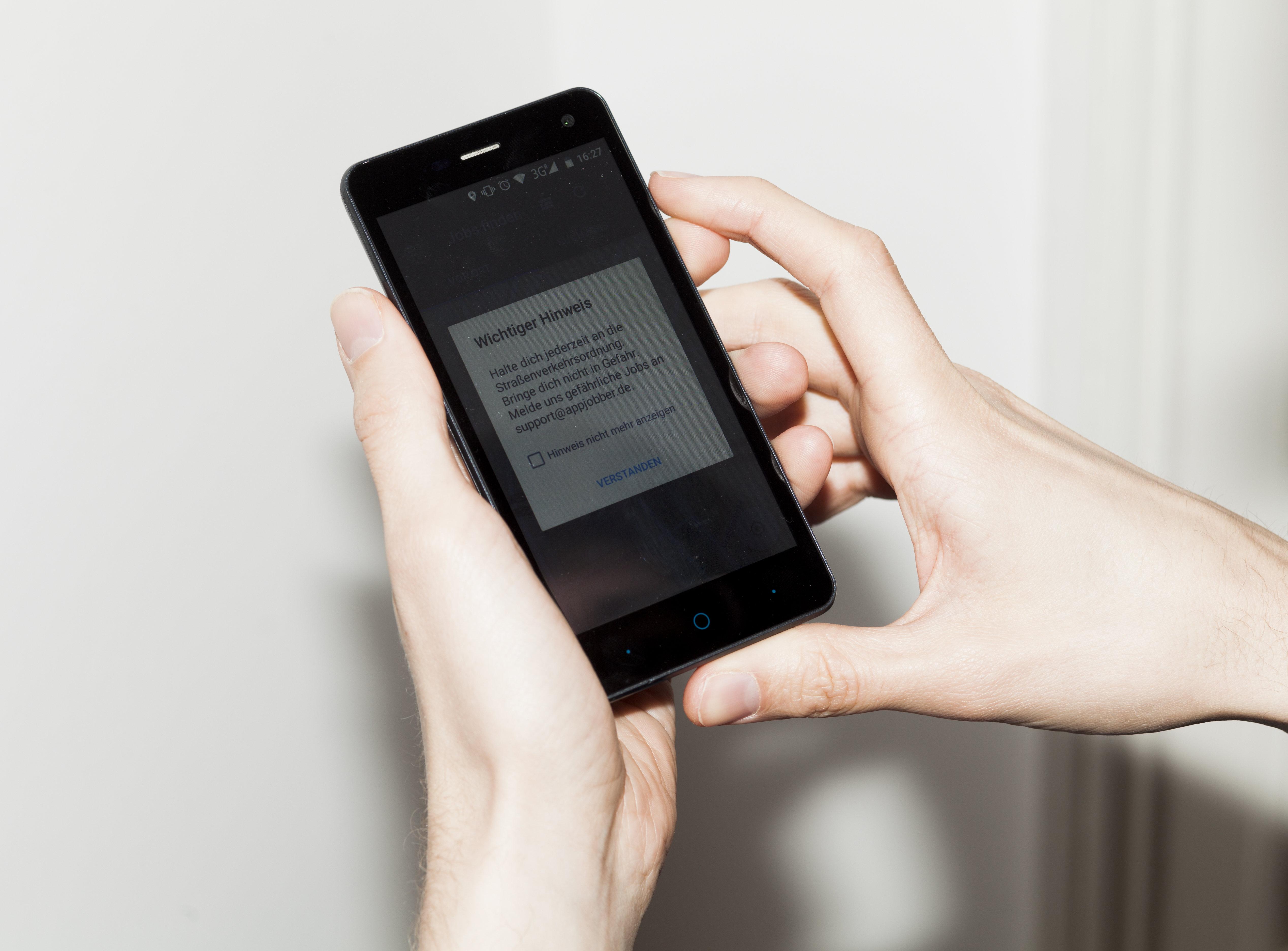 Smartphone mit Sicherheitswarnung (Foto: Michael Kohls)
