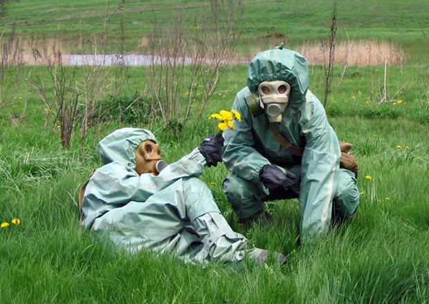 Zwei Menschen in Sicherheitskleidung und Gasmasken liegen auf einer Wiese (http://supertears.tumblr.com/)