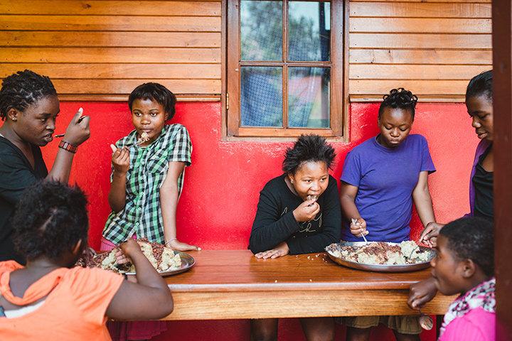 Frauen essen in der HEAL AFRICA Klinik