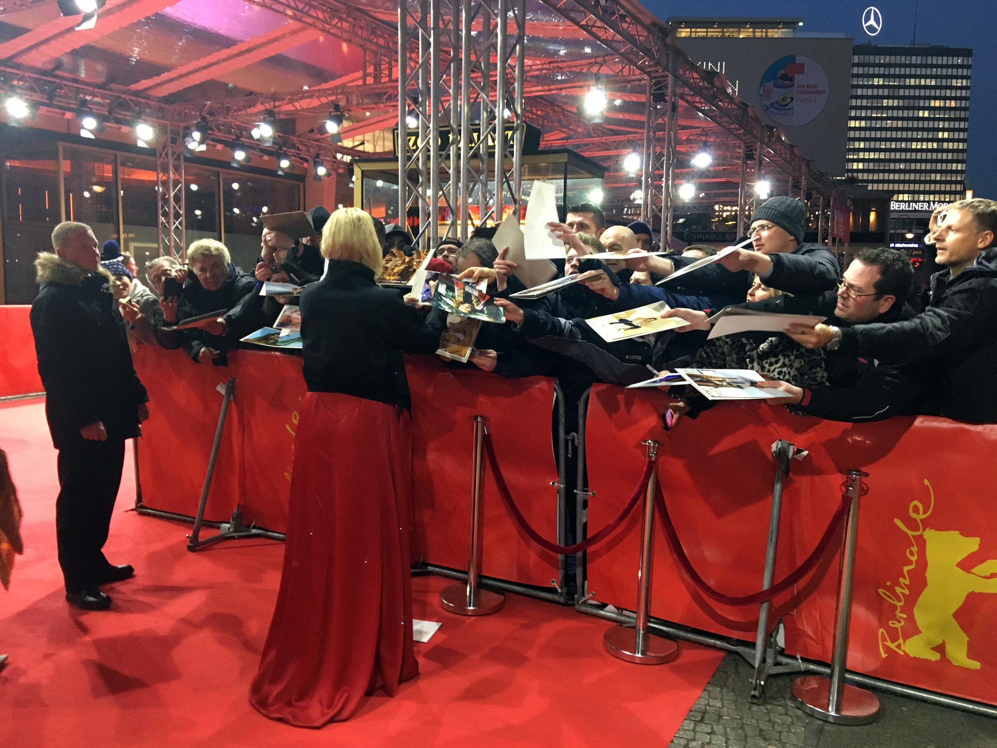 Connie Nielsen am Roten Teppich, Berlinale 2018  (Foto Michael Brake)
