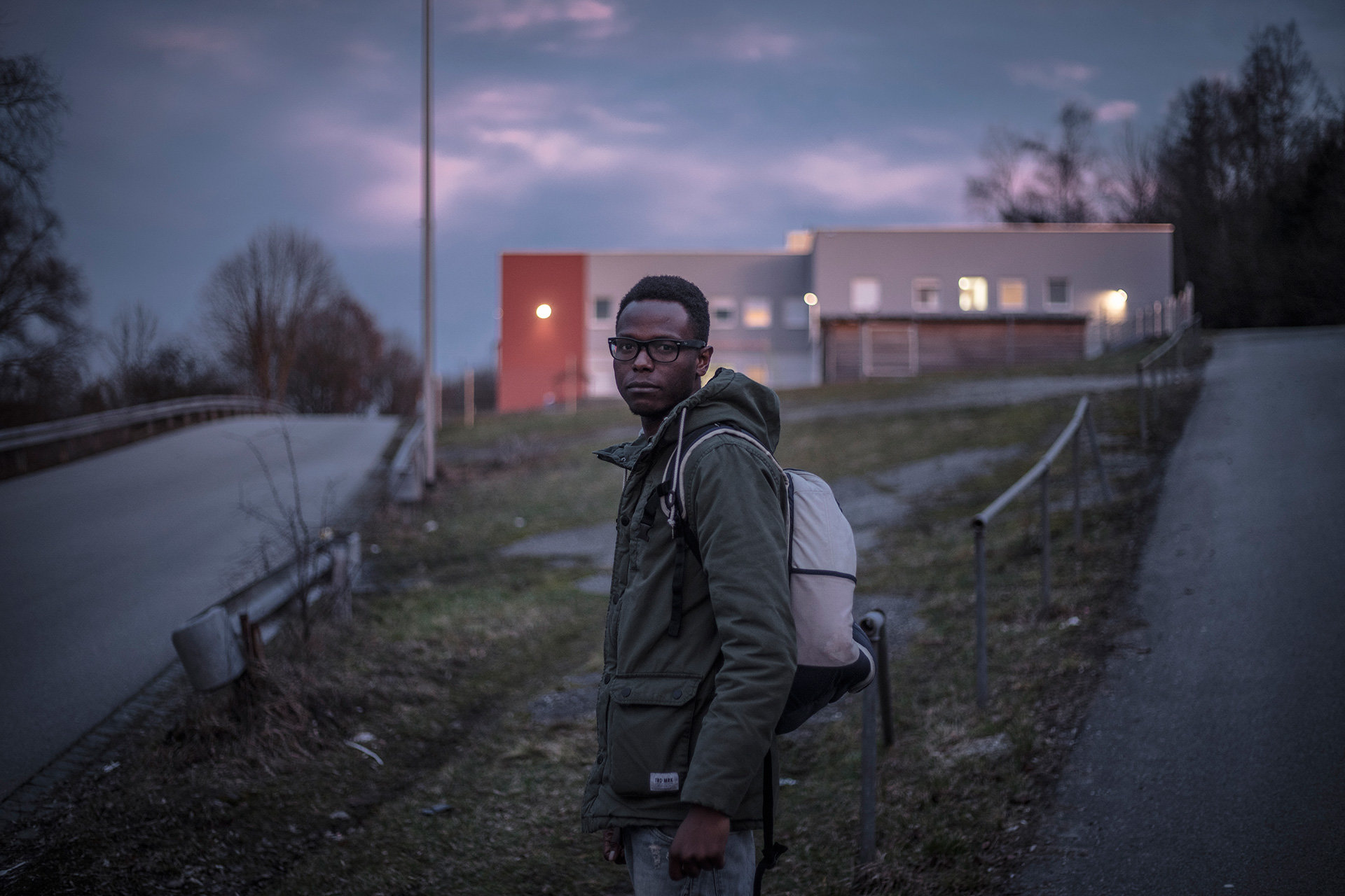 Keita vor der Flüchtlingsunterkunft (Foto: Florian Bachmeier)
