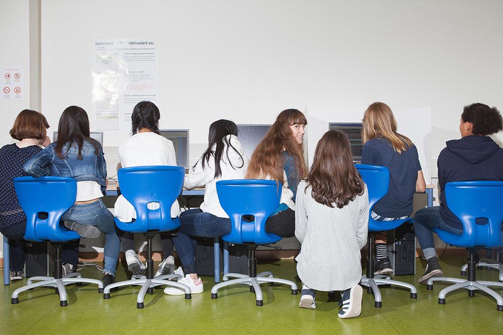 Schülerinnen sitzen an Computern nachdem sie gewählt haben