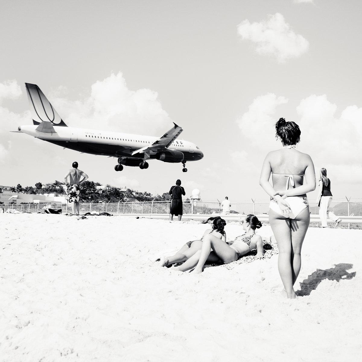 Tieffliegendes Flugzeug über Menschen am Strand  (Foto: Josef Hoflehner)