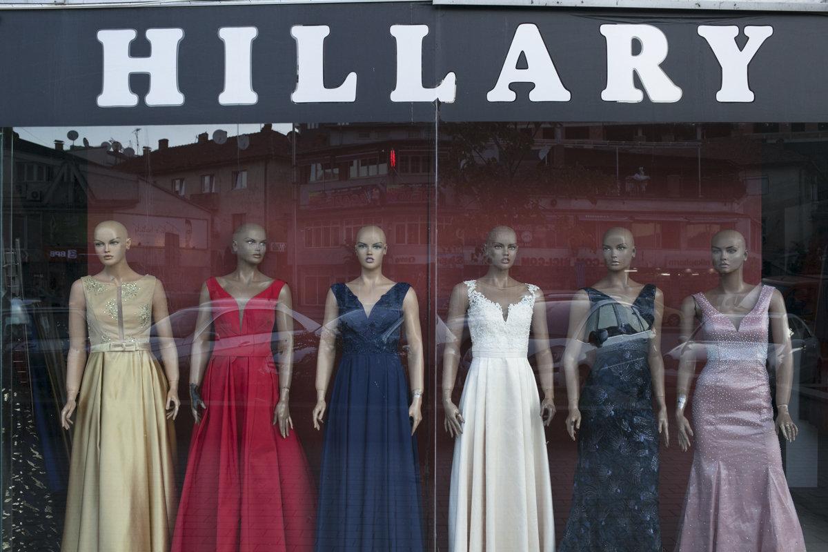 """Schaufenster des Ladens """"Hillary"""", Schaufensterpuppen in Abendmode"""