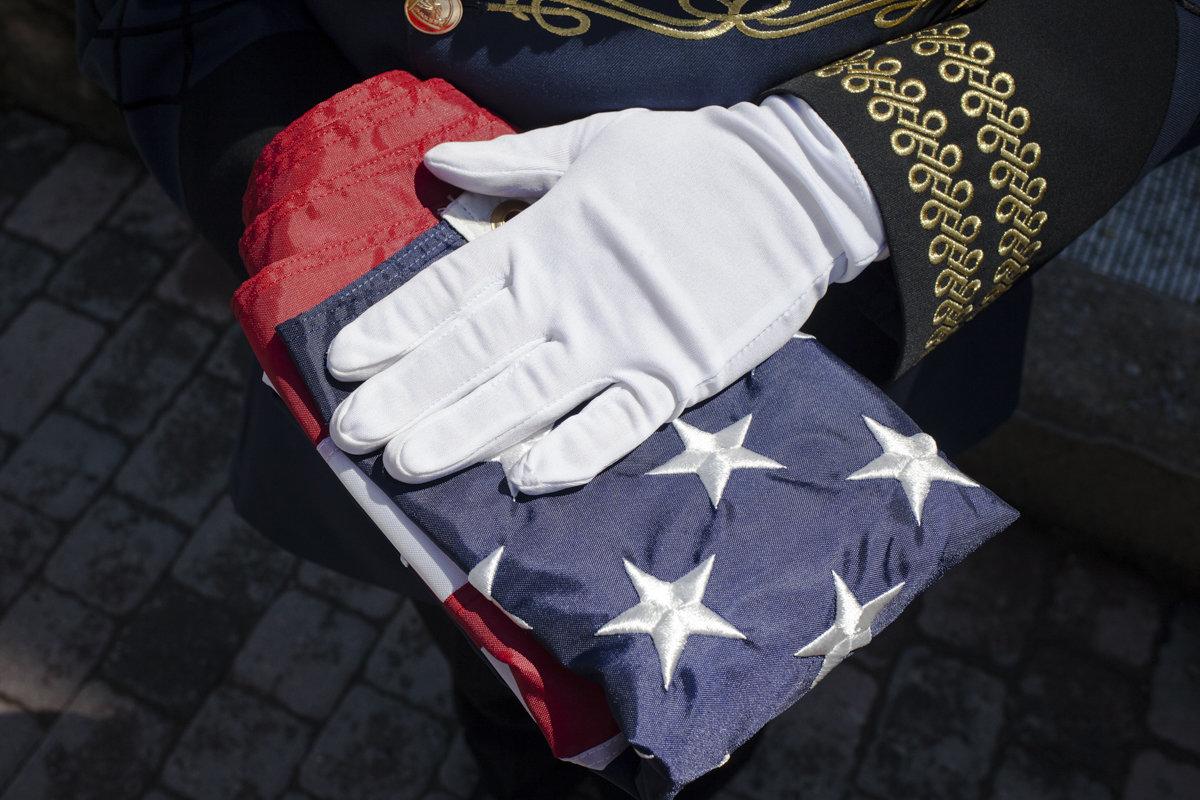 Eine Hand in weißem Handschuh auf amerikanischer Flagge