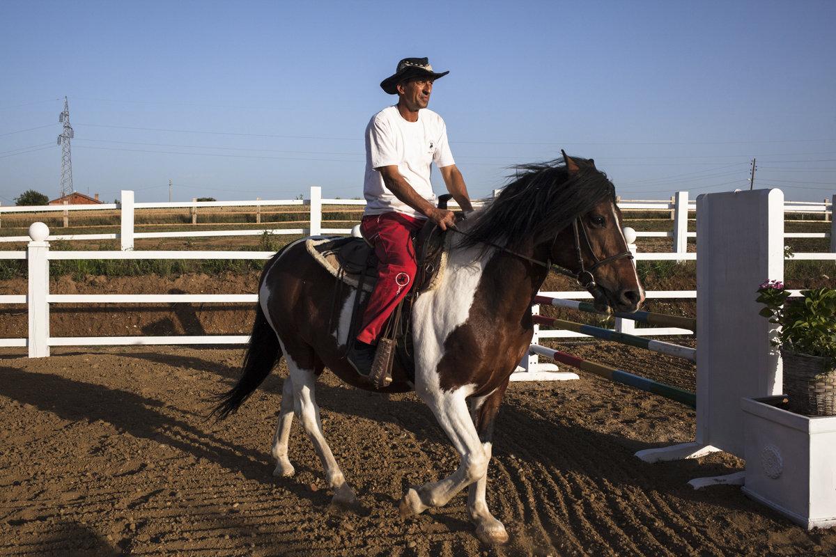 Ein Mann reitet auf einem Pferd