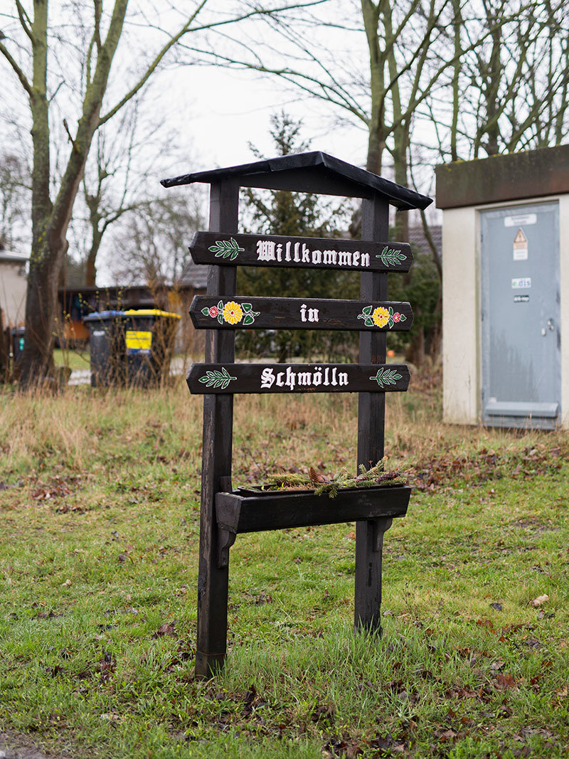 Ortseingangsschild in eine Dorf (Foto: Heinrich Holtgreve / OSTKREUZ)