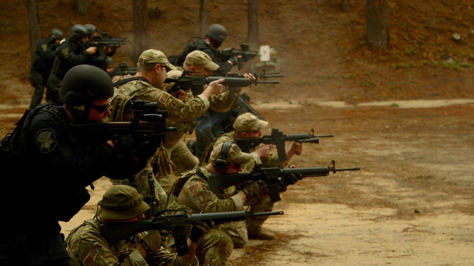 """Szene aus dem Dokumentarfilm """"Do not Resist"""": Polizisten aus dem Richland County in South Carolina bei einer SWAT-Schulung (Foto: VANISH Films)"""