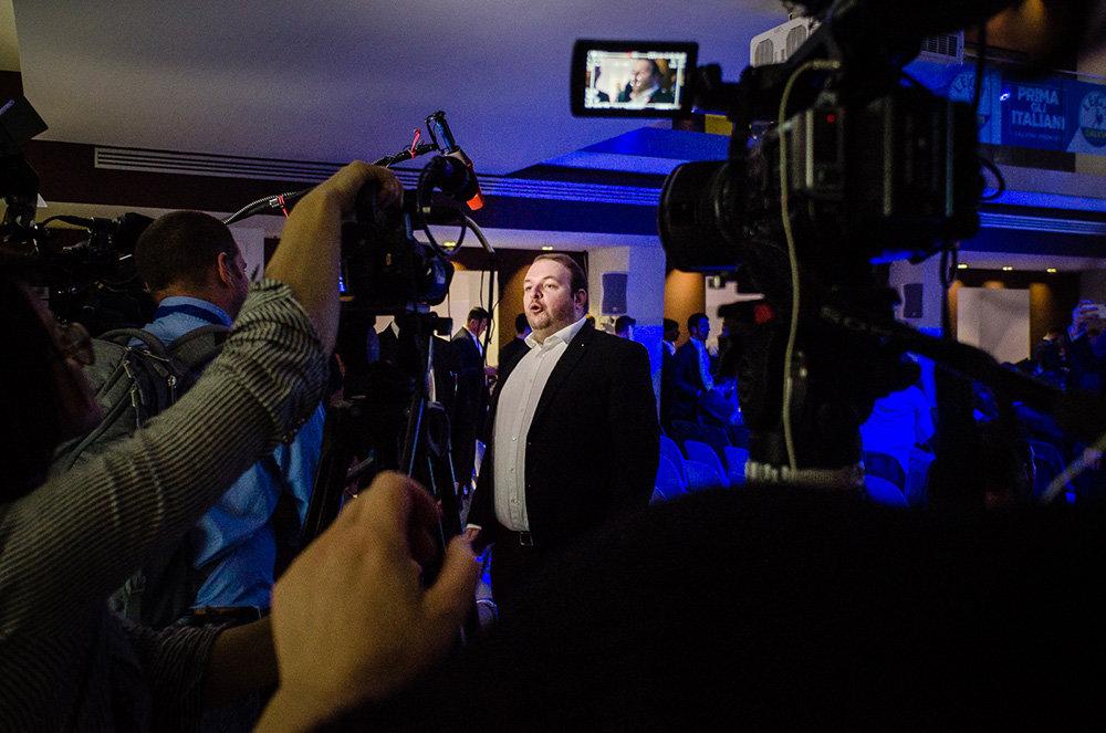 Damian Lohr, Vorsitzender der Jungen Alternative, beantwortet die Fragen von Journalisten zu Beginn der Veranstaltung