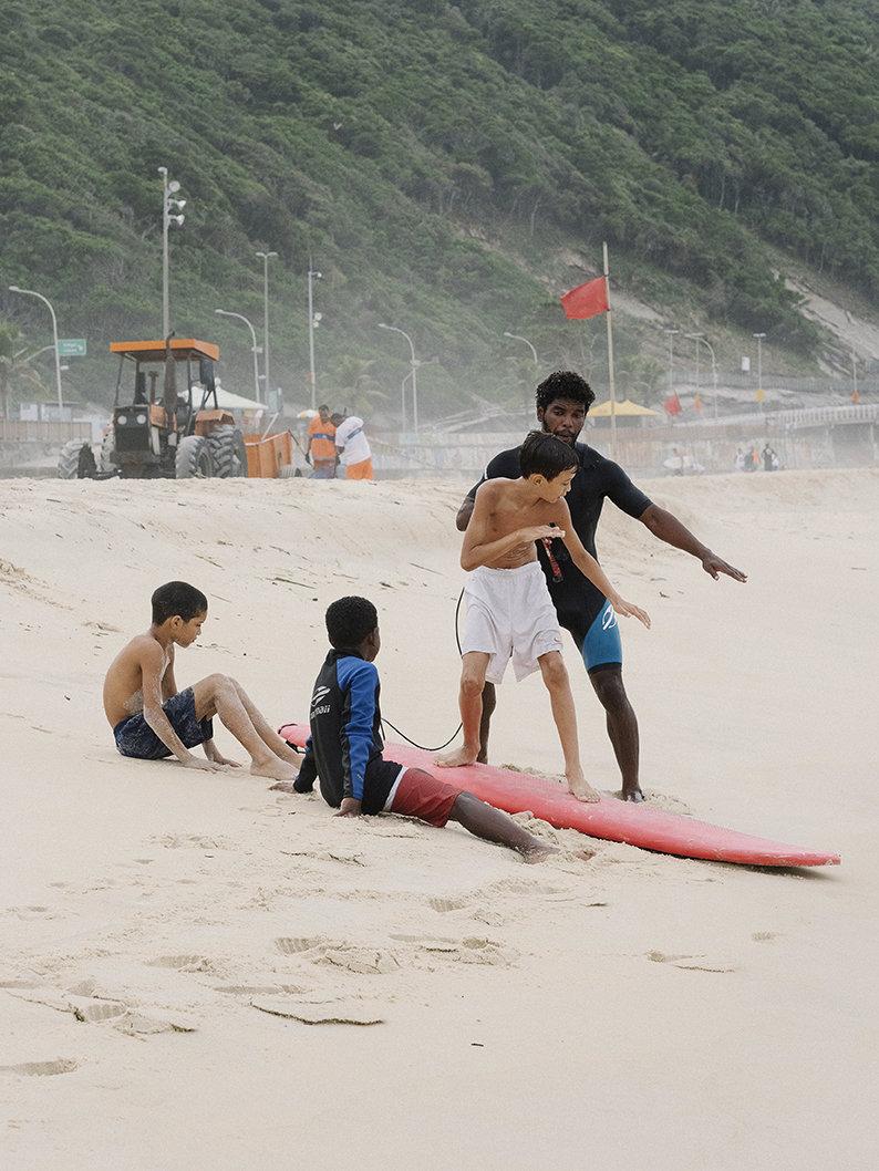Junge Surfer in Rio