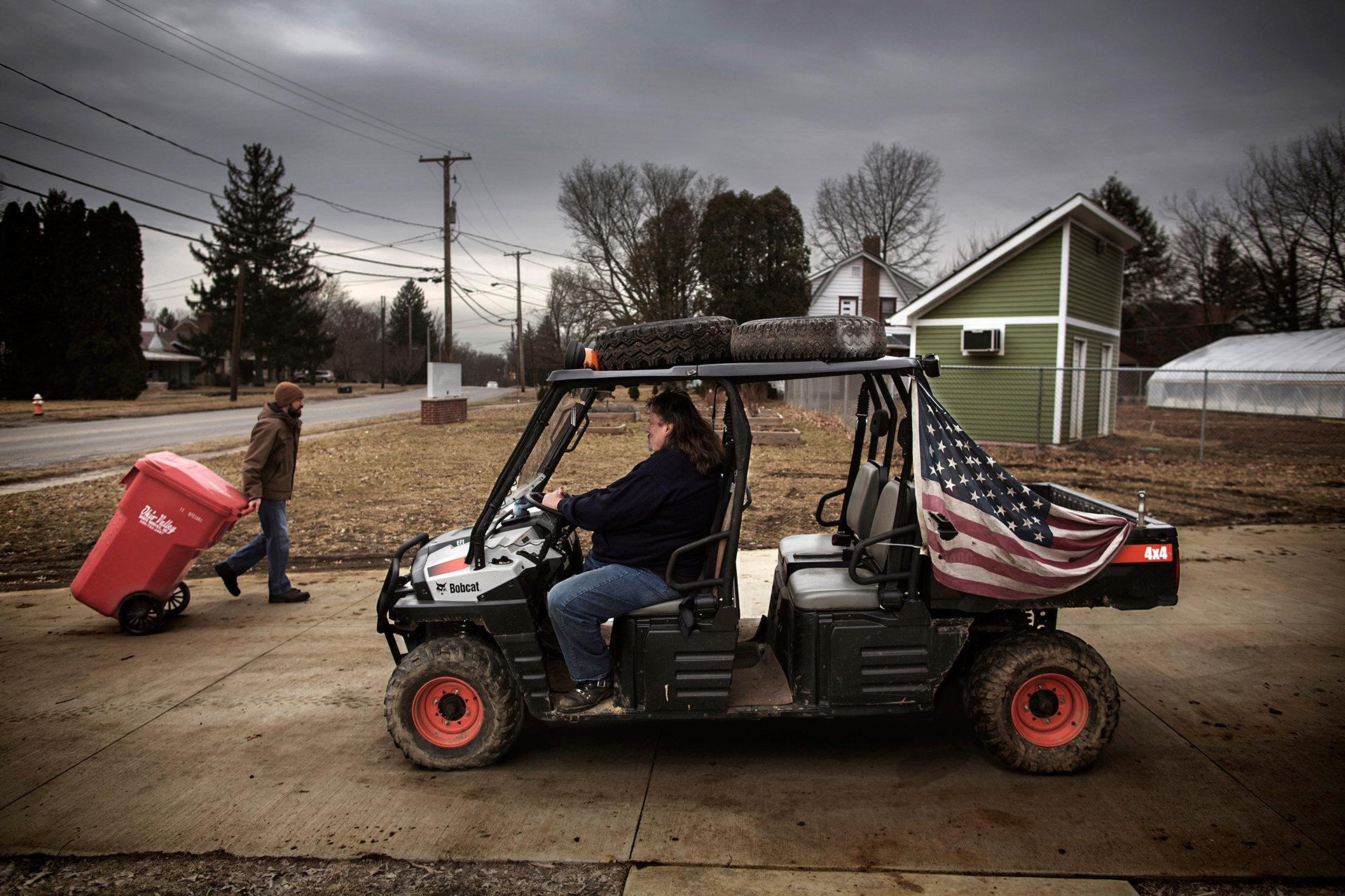 Mann fährt einen Buggy mit USA Flagge in Youngstown (Foto: Espen Rasmussen/VISUM)