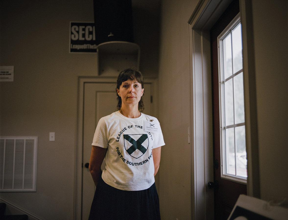 """Amanda in einem T-Shirt der rassistischen Organisation """"Liga des Südens"""""""