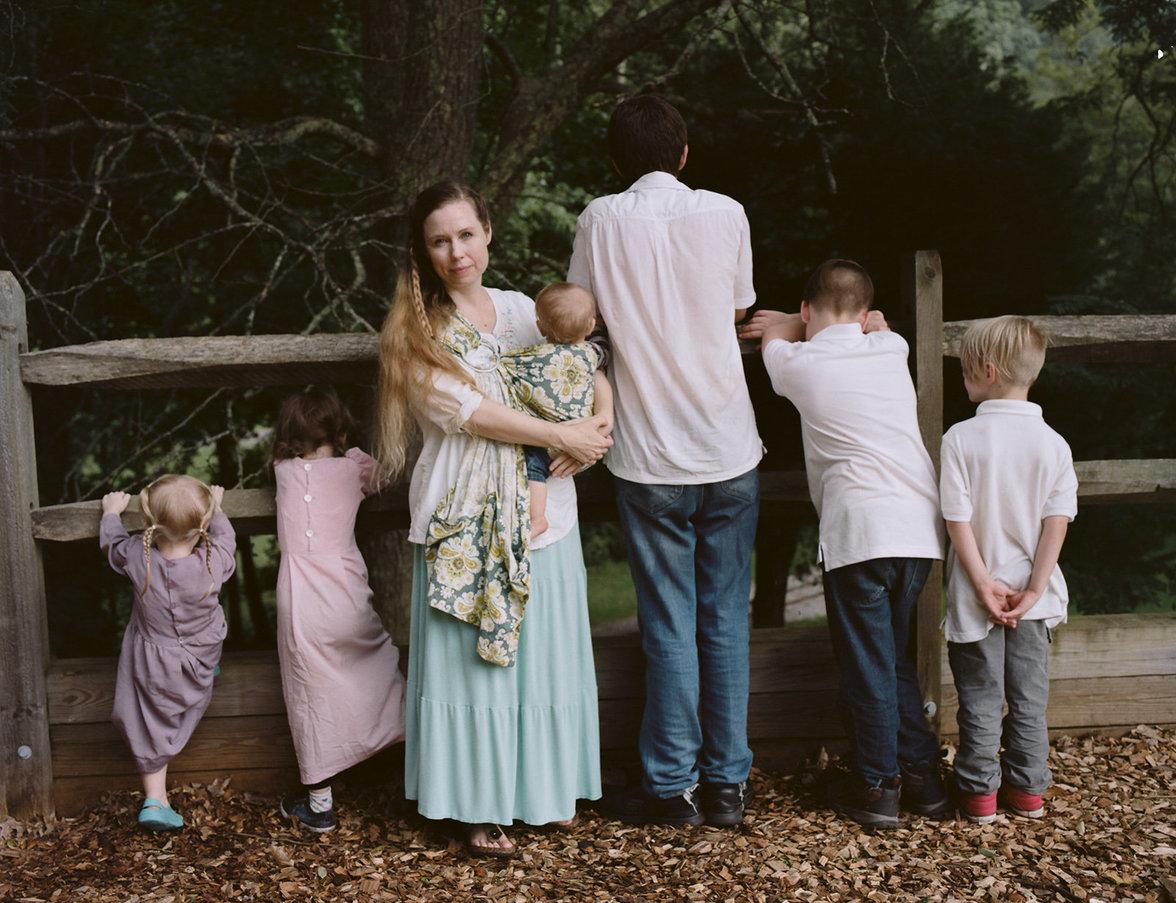Ayla Stewart steht mit ihren sechs Kindern vor einem Zaun