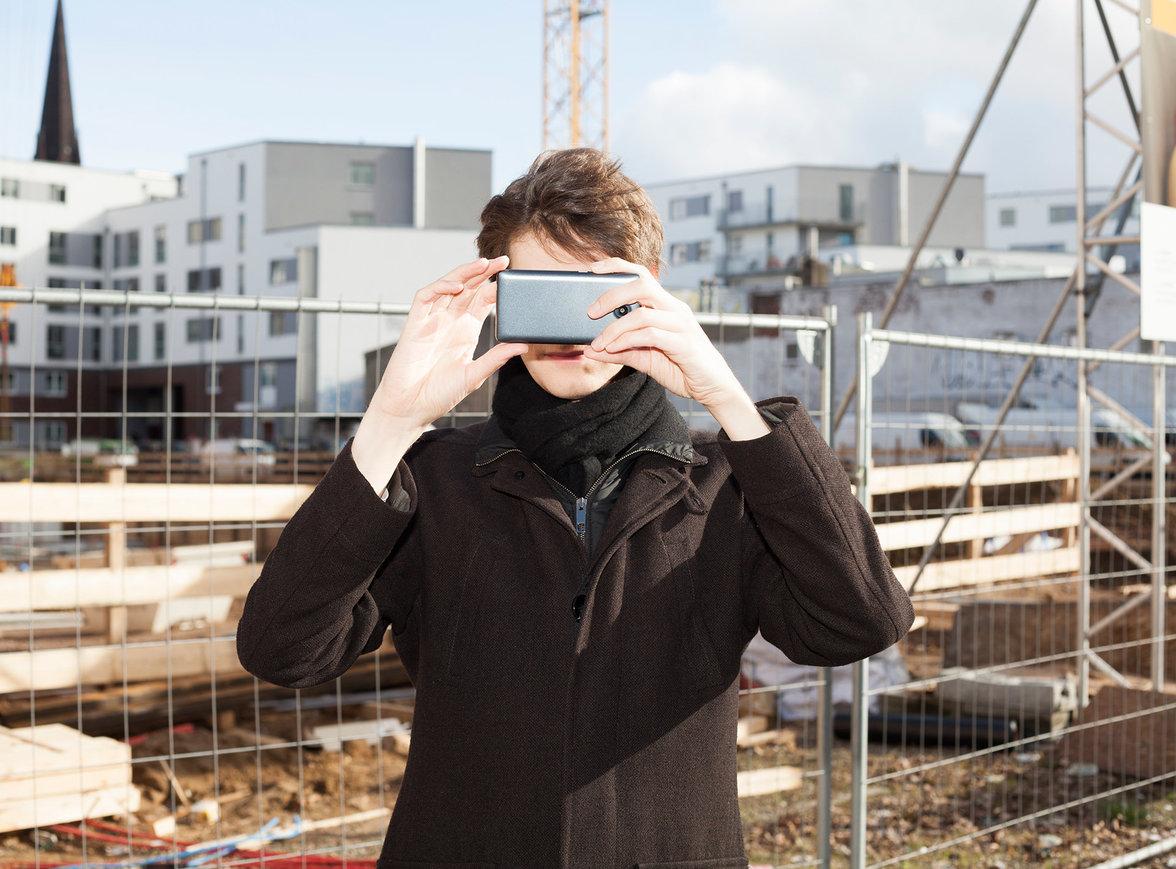 Bernd Kramer fotografiert eine Baustelle (Foto: Michael Kohls)
