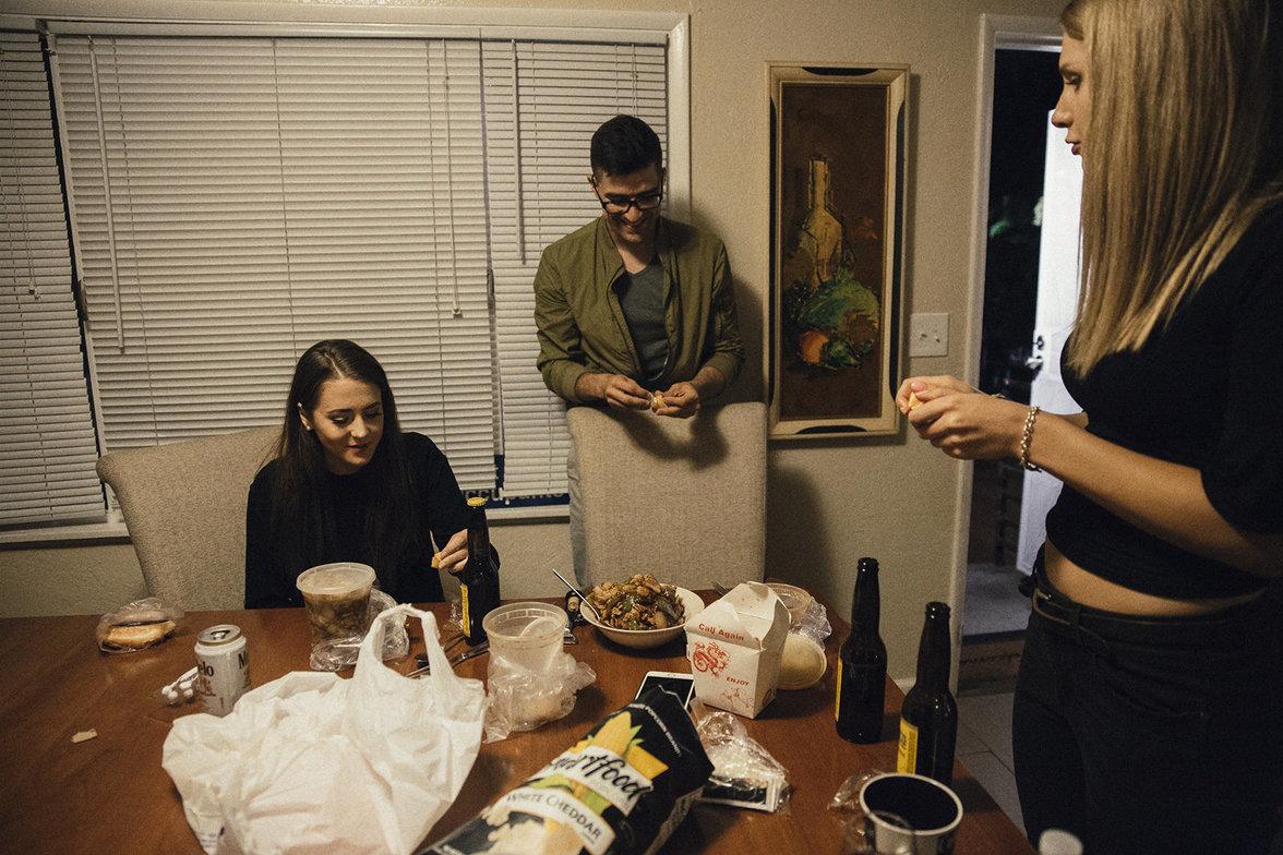 Brittany Pettibone sitzt an einem Tisch, Martin Sellner und Lauren Southern stehen neben ihr