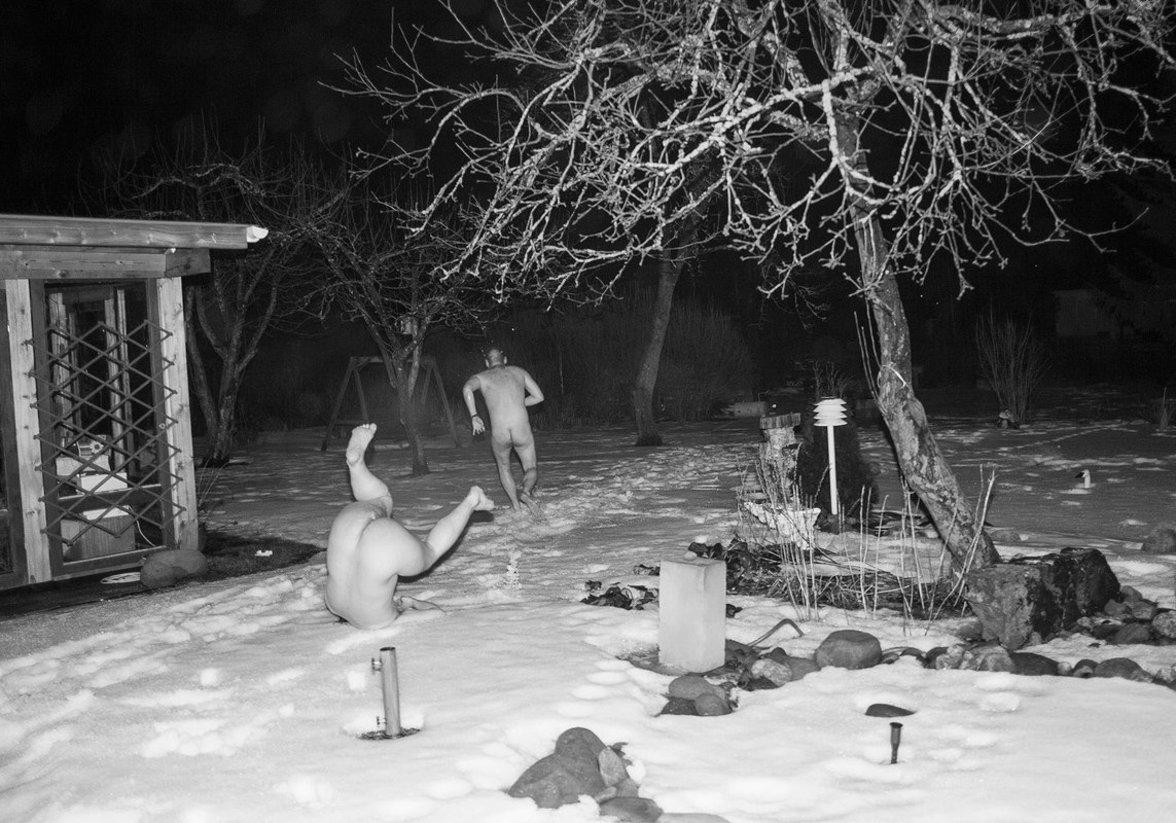 Nackte Finnen rennen durch den Schnee