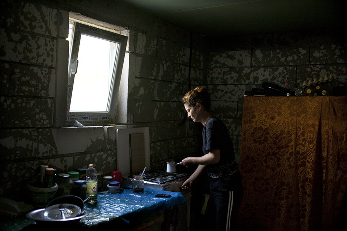 Rumänin in ihrer Küche –ihr Mann in Saisonarbeiter